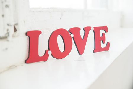 """plaque: La placa con la inscripci�n  """"amor """" en la ventana"""