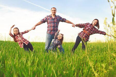 familias felices: familia feliz caminando juntos