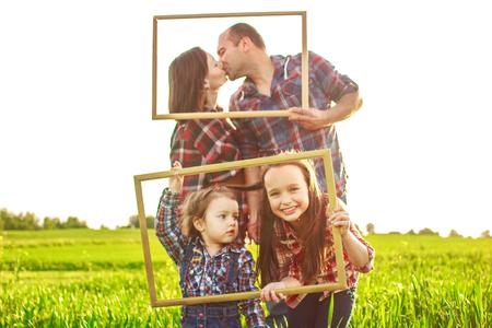 familia en el campo con unas tramas Foto de archivo