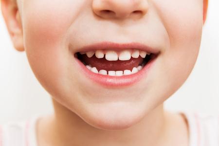 bébé sourire à proximité