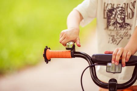 leds: Chico con una bicicleta en la calle Foto de archivo