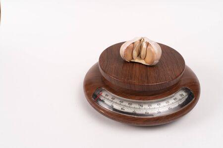 garlic cloves on kitchen scales