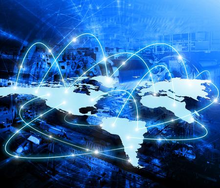 alrededor del mundo: Mapa del mundo sobre un fondo tecnol�gico, l�neas brillantes s�mbolos de las comunicaciones de Internet, radio, televisi�n, m�viles y por sat�lite.