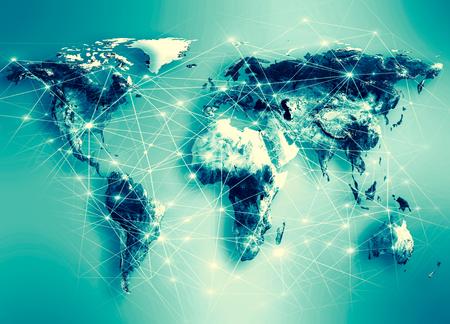 Mapa świata na tle technologicznym, świecące linie, symbole internetu, radia, telewizji, łączności komórkowej i satelitarnej.