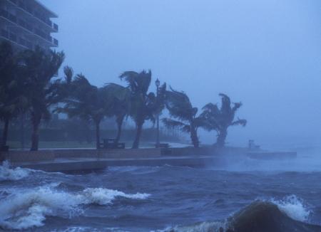 Hurricane Frances hits near Juno Beach, FL with hurricane force winds. September 4, 2004. 報道画像