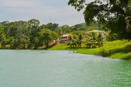 Xalantunich 고고학 예비역 아래 흐르는 Macal 강. 벨리즈, San Ignacio 외부의 고대 마야 유적. 스톡 콘텐츠