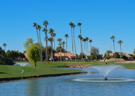 Fuentes de agua y palmeras en el condado de Maricopa, Glendale, Arizona. Foto de archivo