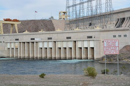 Rapid Changes in Water Level and Do Not Enter the Water sign overlooking the spillway of the Davis Dam in Laughlin, Clark County, Nevada USA Banque d'images