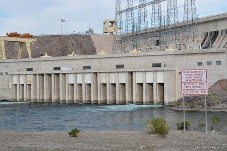 Les changements rapides du niveau de l'eau et n'entrez pas dans l'eau signe donnant sur le déversoir du barrage Davis à Laughlin, comté de Clark, Nevada USA Banque d'images