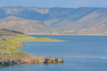 The Colorado River Storage is held back by the Blue Mesa Dam. It is surrounded by the Black Canyon North Rim in the Curecanti National Recreation Area, Colorado 免版税图像
