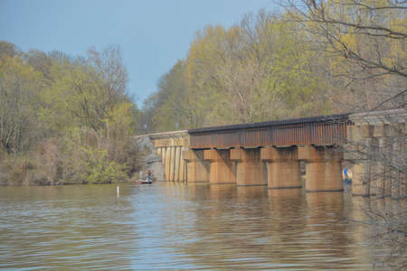 A Railroad bridge over Lake Dardanelle reservoir on the Arkansas River in Clarksville, Arkansas 免版税图像