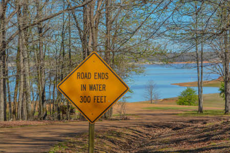 Road ends in water waning sign. At Enid Lake in Oakland, Mississippi 免版税图像