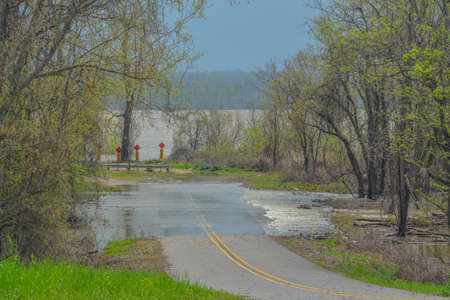 The Mississippi River is flooding over the roadway in St. Joseph, Tensas Parish, Louisiana 免版税图像