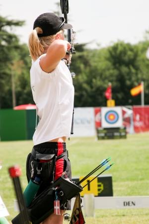 deportes olimpicos: Mujer arquero Editorial