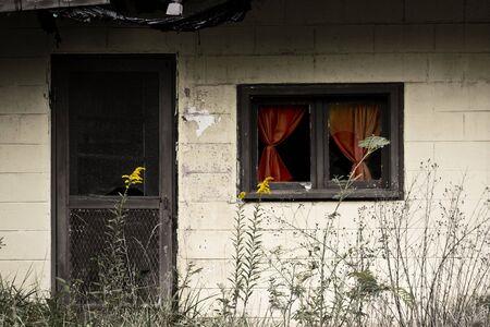 오래 된 아직 컬러 풀 한 버려진 된 집입니다.