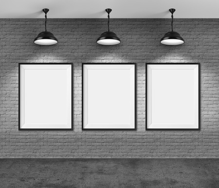 triptico: Galería de arte. Marcos en blanco sobre fondo de pared de ladrillo. Foto de archivo