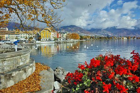 Erstaunlich Panorama mit Blumen von Vevey, Kanton Waadt, Schweiz