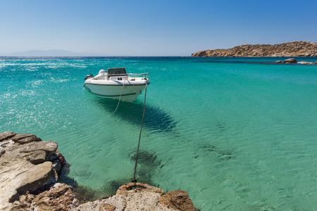 Acque pulite di Paranga Beach sull'isola di Mykonos, Cicladi, Grecia