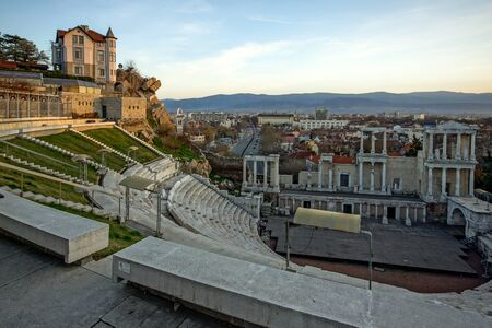teatro antiguo: Panoramic view to city of Plovdiv and Ancient Roman theatre, Bulgaria