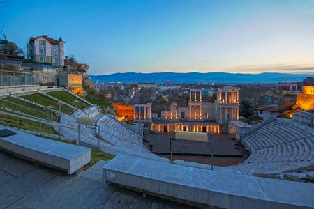 teatro antiguo: Night Panorama of city of Plovdiv and Ancient Roman theatre, Bulgaria