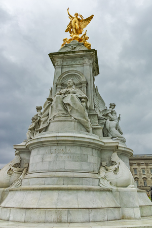 queen of angels: Queen Victoria Memorial in front of Buckingham Palace, London, England, United Kingdom