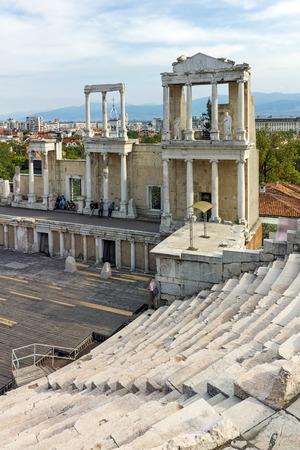 teatro antiguo: Las columnas en el teatro romano antiguo y el paisaje urbano de la ciudad de Plovdiv, Bulgaria