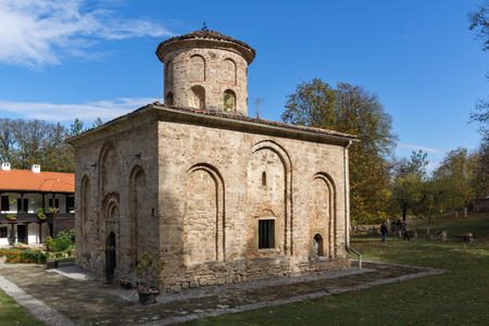 monasteri: Vista panoramica della chiesa nel monastero medievale dello Zemen, regione di Pernik, Bulgaria