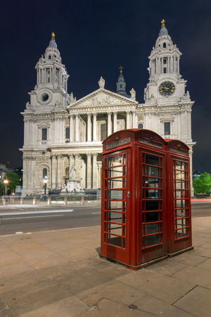 cabina telefono: Night photo phone booth and St. Pauls Cathedral in London, Great Britain Foto de archivo