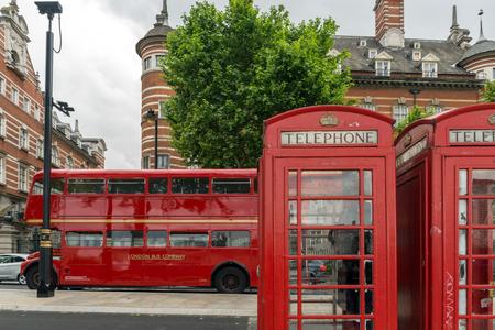 cabina telefono: LONDRES, INGLATERRA - 16 de junio 2016: Cabina de teléfono roja en autobús y Westminster, Londres, Inglaterra, Gran Bretaña