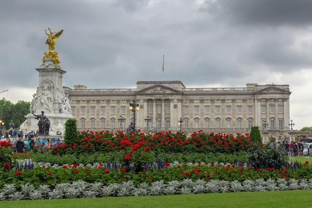 buckingham palace: LONDON, ENGLAND - JUNE 17 2016: Panorama of Buckingham Palace in London, England, Great Britain Editorial