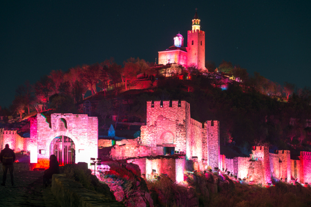 VELIKO TARNOVO, BULGARIJE - APRIL 10, 2017: Nachtfoto van hoofdstad van het Tweede Bulgaarse imperium middeleeuws bolwerk Tsarevets, Veliko Tarnovo, Bulgarije