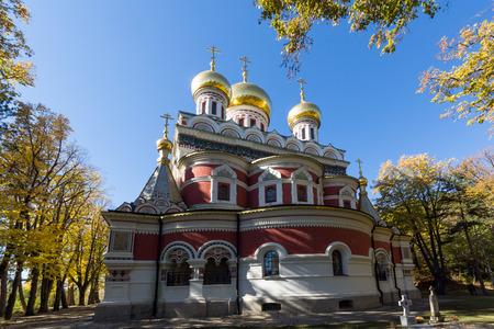 memorial cross: Autumn view of Russian church (Monastery Nativity) in town of Shipka, Stara Zagora Region, Bulgaria Foto de archivo