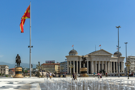 SKOPJE, REPUBLIEK MACEDONIË - 13 MEI 2017: Skopje stadscentrum en Archeologisch Museum, Republiek Macedonië Redactioneel