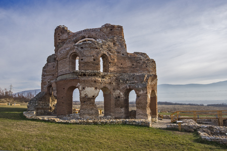 Red Church - large partially preserved late Roman (early Byzantine) Christian basilica near town of Perushtitsa, Plovdiv Region, Bulgaria Stockfoto