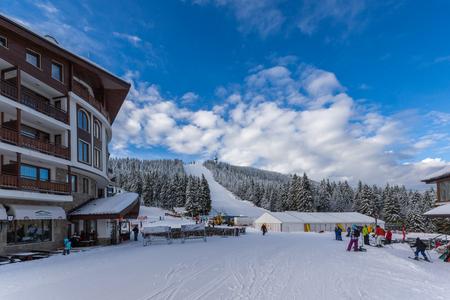 PAMPOROVO, ブルガリア - 2013年1月20日: ロドペ山脈のスネザンカ山とスキーリゾートパンポロヴォ, スモリャン地方, ブルガリア 写真素材 - 93494894