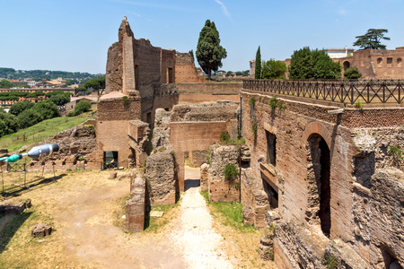 ROME, ITALY - JUNE 24, 2017: Panoramic view of ruins in Palatine Hill in city of Rome, Italy Banque d'images - 123130521
