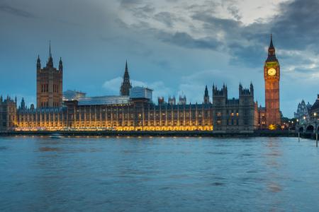 Londres, Inglaterra - 16 de junio de 2016: Foto nocturna de las Casas del Parlamento con el Big Ben desde el puente de Westminster, Londres, Inglaterra, Gran Bretaña