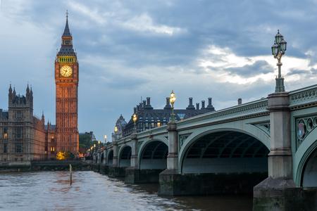 Londyn, Anglia - 16 czerwca 2016: Nocne zdjęcie Houses of Parliament z Big Bena z mostu Westminster, Londyn, Anglia, Wielka Brytania