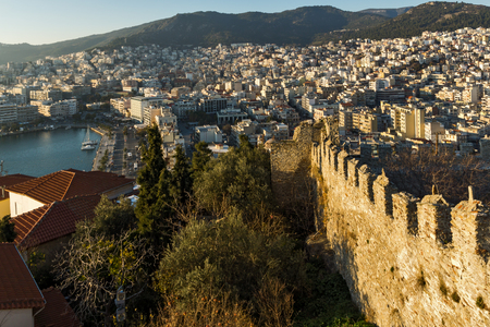 KAVALA, GREECE - DECEMBER 27, 2015: Sunset view of Ruins of fortress and Panorama to Kavala, East Macedonia and Thrace, Greece 新聞圖片