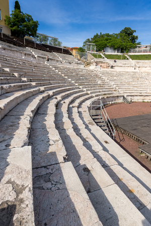PLOVDIV, BULGARIA - MAY 1, 2016: Ruins of Ancient Roman theatre in Plovdiv, Bulgaria Banque d'images - 123130965