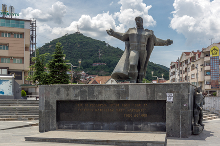 STRUMICA, MACEDONIA - JUNE 21, 2018: Monument of Gotse Delchev at the central square of town of Strumica, Republic of Macedonia Banque d'images - 123131137