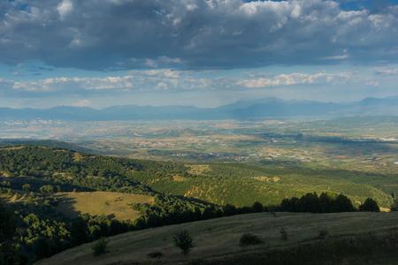 Paisaje al atardecer de la montaña Ograzhden, región de Blagoevgrad, Bulgaria Foto de archivo
