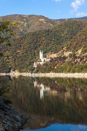Amazing Autumn ladscape of The Vacha (Antonivanovtsi) Reservoir, Rhodope Mountains, Plovdiv Region, Bulgaria Banque d'images