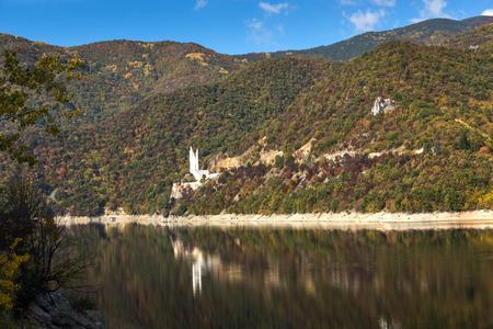 Amazing Autumn ladscape of The Vacha (Antonivanovtsi) Reservoir, Rhodope Mountains, Plovdiv Region, Bulgaria Imagens