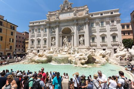 ROME, ITALY - JUNE 23, 2017: People visiting Trevi Fountain (Fontana di Trevi) in city of Rome, Italy 新聞圖片