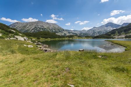 Summer landscape of Muratovo (Hvoynato) lake at Pirin Mountain, Bulgaria 免版税图像