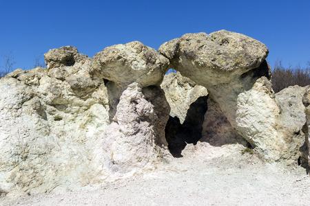 Rotsformatie The Stone Mushrooms in de buurt van het dorp Beli plast, Kardzhali Region, Bulgarije