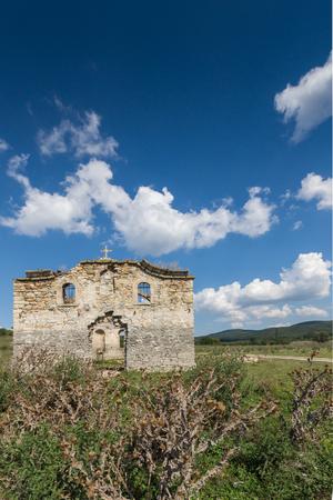 Ancient Medieval Eastern Orthodox church of Saint John of Rila at the bottom of Zhrebchevo Reservoir, Sliven Region, Bulgaria Banque d'images - 121942940