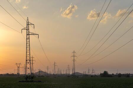 Coucher de soleil paysage de lignes électriques à haute tension dans les terres autour de la ville de Plovdiv, Bulgarie