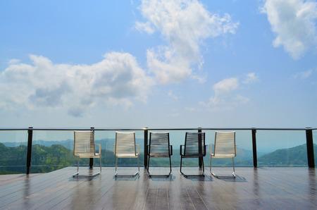 sillon: Terraza al aire libre magn�fico con sillas en la terraza con vista a la bah�a y la decoraci�n en el hogar contempor�neo. Foto de archivo